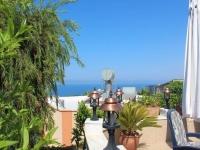 Doppelhaushälfte unter Palmen mit Meerblick